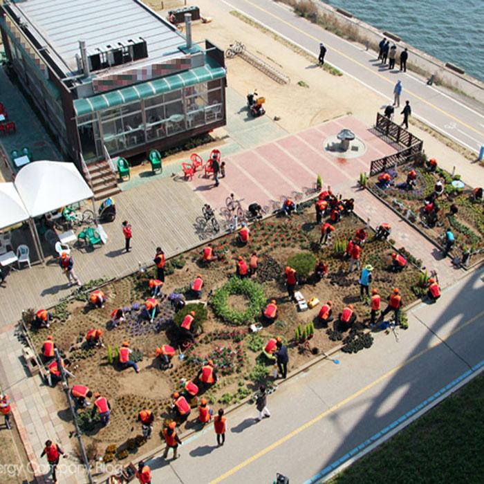 한강공원에 꽃길은 누가 만들었을까?
