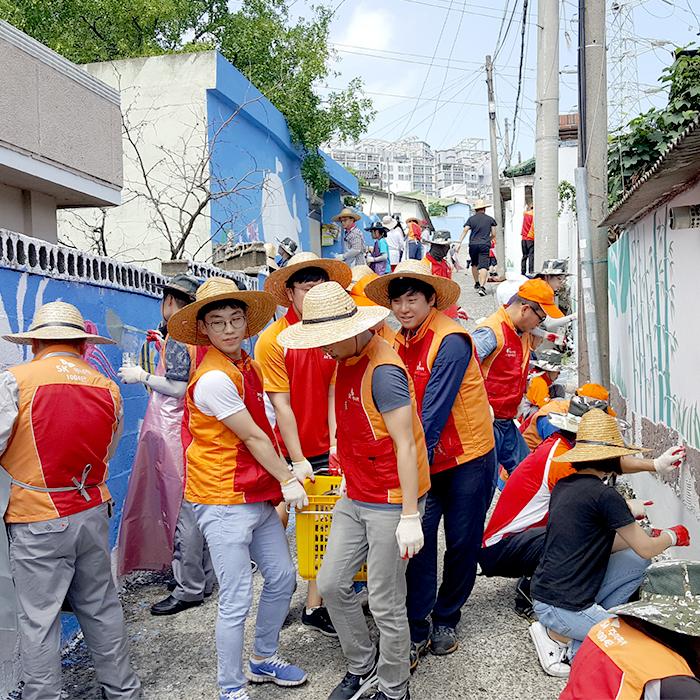 """""""행복을 그리고 사랑을 색칠합니다"""" - SK 울산Complex 직원•가족, 하개마을 벽화 그리기 자원봉사"""