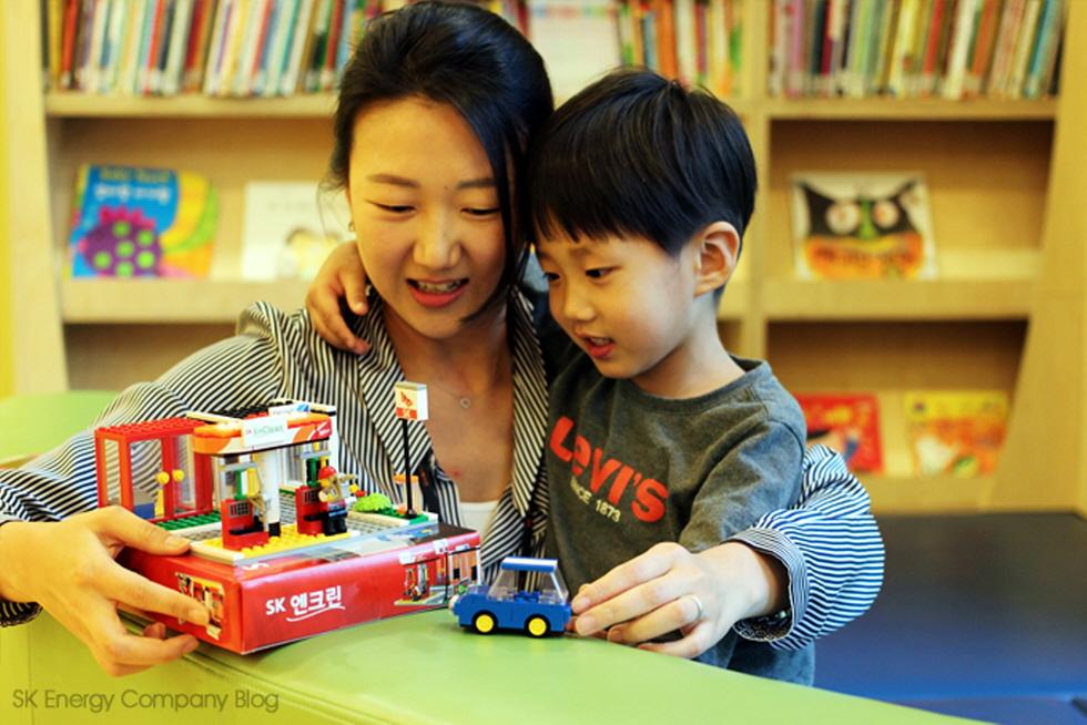 ▲엄마와 아이가 함께 SK엔크린 블록 장난감 놀이를 하고 있다