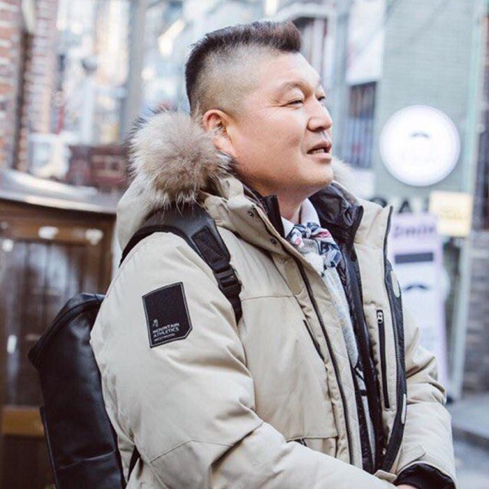 MC 강호동, 사회적 기업 '컨티뉴' 백팩 메고 착한 소비 실천